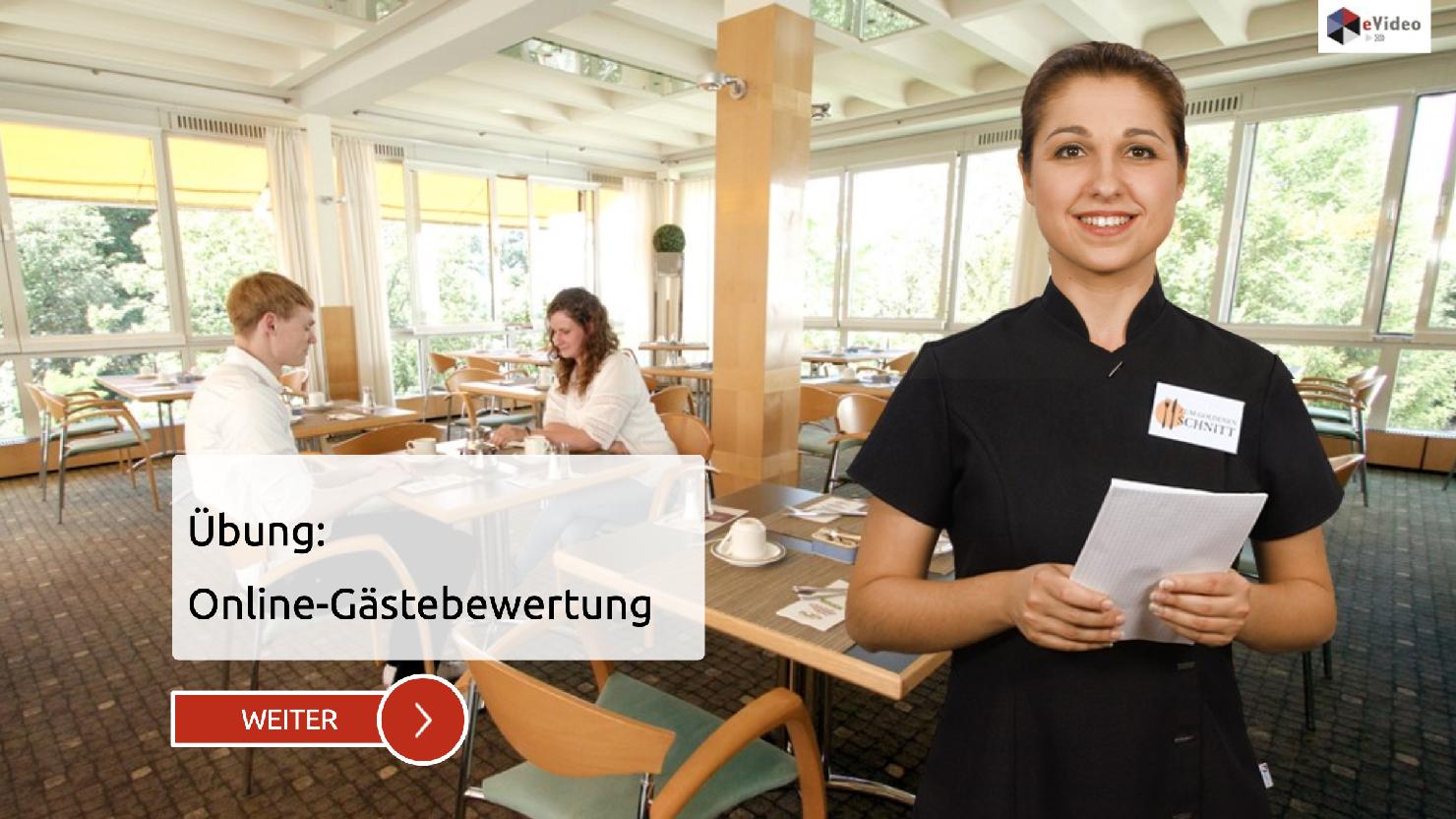 Titelbild zur eVideo-Übung: hotel- & Gastgewerbe – Online-Gästebewertung (Im Hintergrund: zwei Personen sitzen am Tisch, im Vordergrund eine lächelnde Person Im Gastro-Outfit und Schreibblock in der Hand
